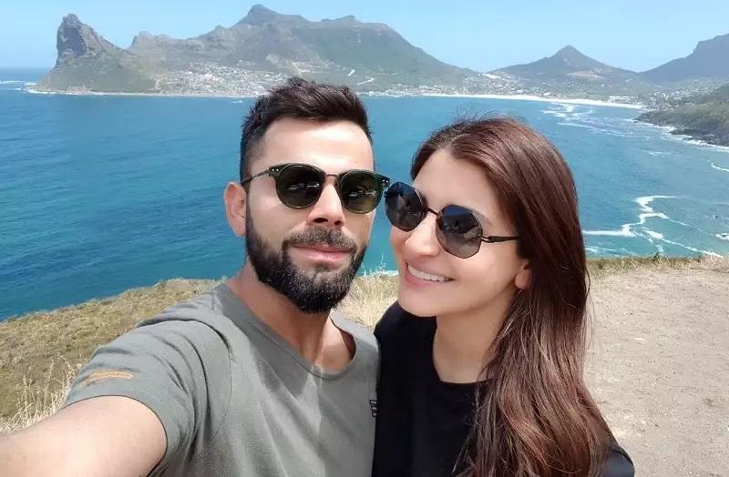 Anushka Sharma and Virat Kohli taking selfie moment