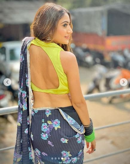 neon saree styles from Naagin Surbhi Chandna 4